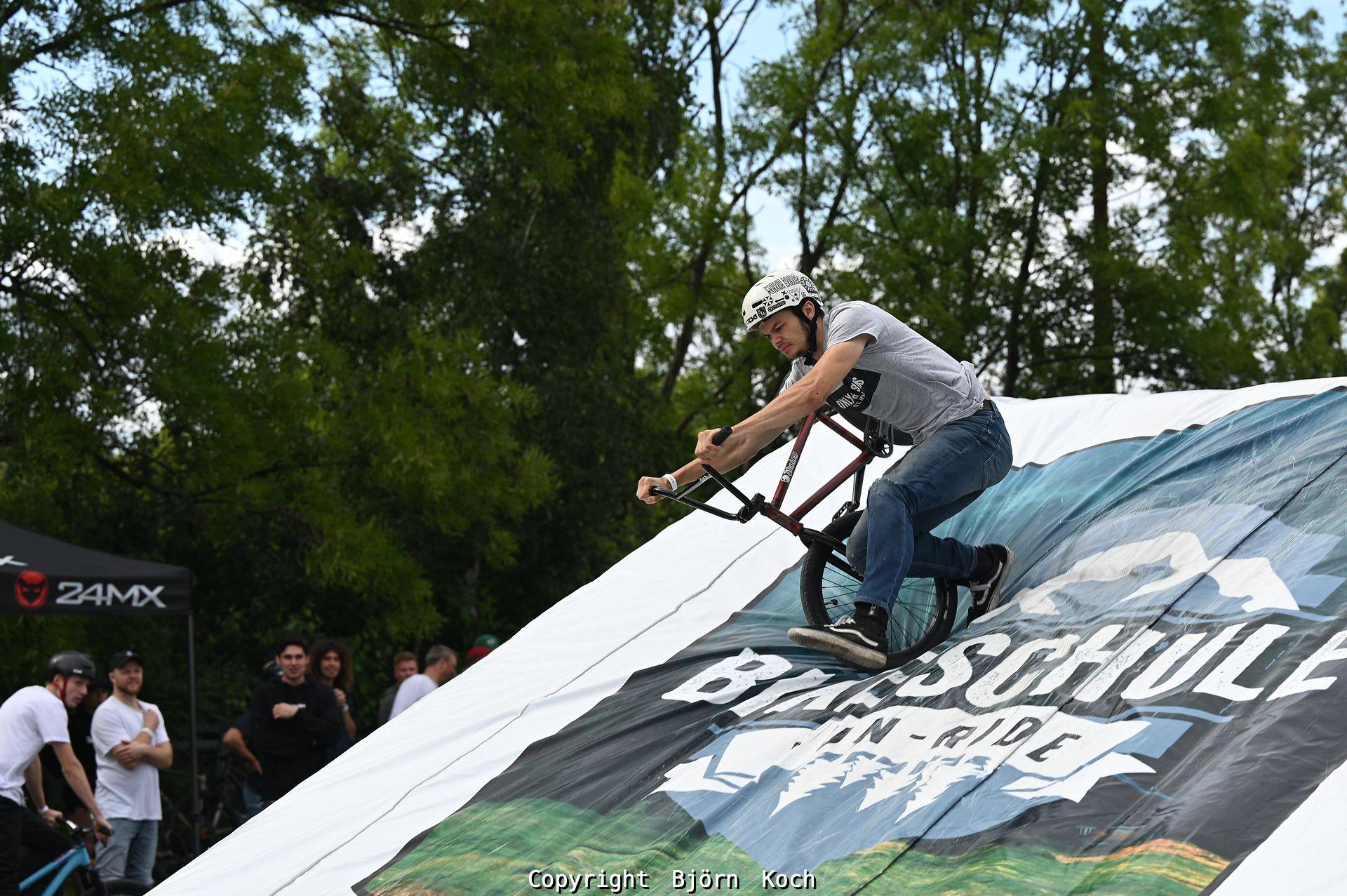08.08.2021, Bochum, Jumpin Westpark. Bild: Bei JUMPIN WESTPARK wird der Platz rund um die große Graffiti-Wall gegenüber der Erzbahnschwinge im Westpark am Sonntag, den 8.8.2021, zum Schauplatz von Action und Musik. Zwischen 15:30 Uhr und 19:00 Uhr performen waghalsige Biker von URBANATIX sowie Hobby-Biker auf einem mobilen Set-Up aus Absprung und Landung oberhalb der Jahrhunderthalle Bochum. Begleitet wird die Aktion mit einem Urban Beats Set von URBANATIX-DJ-F-Zee. - Foto: Björn Koch